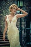 Красивая девушка в платье свадьбы стоковая фотография rf