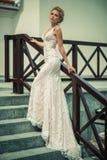 Красивая девушка в платье свадьбы стоковая фотография