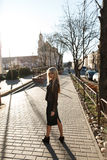 Красивая девушка в платье для прогулки в городе Стоковое Изображение