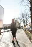 Красивая девушка в платье для прогулки в городе Стоковая Фотография