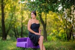 Красивая девушка в древесине на заходе солнца Стоковые Фото