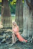 Красивая девушка в розовом платье в лесе Стоковая Фотография RF