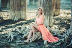 Красивая девушка в розовом платье в лесе Стоковые Изображения RF