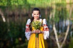 Красивая девушка в русских национальных одеждах Стоковая Фотография RF