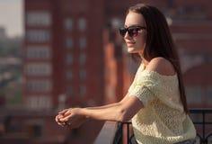 Красивая девушка в солнечных очках наслаждаясь свежестью стоковые изображения rf
