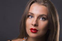 Красивая девушка в стильном изображении на темной предпосылке стоковое изображение rf