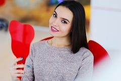 Красивая девушка в стуле ` s дантиста Стоковое Изображение