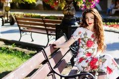 Красивая девушка в центре города Стоковое Фото