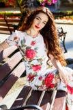 Красивая девушка в центре города Стоковые Изображения RF