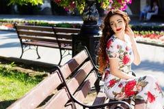 Красивая девушка в центре города Стоковые Фотографии RF