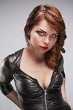 Красивая девушка в черном платье с ярким составом Стоковые Изображения RF