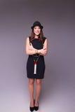 Красивая девушка в черных платье и шляпе с ракеткой тенниса Стоковое фото RF