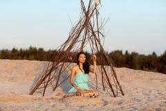 Красивая девушка в шамане шатра стоковые изображения rf