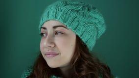 Красивая девушка в шляпе связанной бирюзой акции видеоматериалы