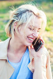 Красивая девушка говорит на smartphone детеныши женщины мобильного телефона Стоковая Фотография