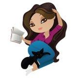Красивая девушка лежа вниз и читая книгу бесплатная иллюстрация