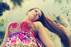 Красивая девушка лежа на дереве Стоковая Фотография