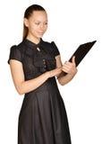 Красивая девушка держа доску зажима в его руках Стоковая Фотография