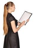 Красивая девушка держа доску зажима в его руках Стоковое Изображение RF