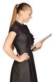 Красивая девушка держа доску зажима в его руках Стоковые Фотографии RF