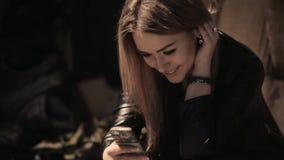 Красивая девушка держа smartphone сток-видео
