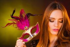Красивая девушка держит маску масленицы загадочную Стоковое Изображение
