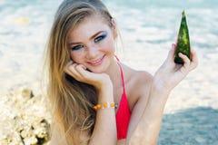 Красивая девушка ест арбуз на пляже Стоковая Фотография RF