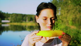Красивая девушка ест кипеть мозоль сток-видео