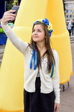 Красивая девушка делает selfie на празднике стоковые фото