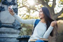 Красивая девушка делая фото selfie Стоковые Изображения RF