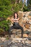 Красивая девушка делая shamanic танец в природе Стоковые Изображения RF