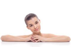 Красивая девушка, женщина после косметических процедур, подтяжка лица, лицевой массаж, навещает beautician, массаж стоковое фото rf
