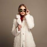 Красивая девушка зимы в белых мехе и солнечных очках женщина зимы абстрактной иллюстрации стильная Стоковое фото RF