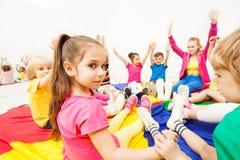 Красивая девушка играя игры круга с друзьями Стоковое Изображение