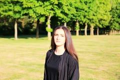 Красивая девушка имеет потеху в парке Стоковые Фото