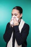 Красивая девушка имея концепцию симптомов сезона зимы холодную стоковое фото