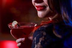 Красивая девушка имея питье Стоковые Фото