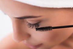 Красивая девушка имея процедуру по расширения плетки Стоковое Изображение RF