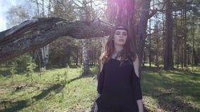 Красивая девушка идет в древесины движение медленное сток-видео