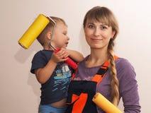 Красивая девушка и ребенок делая ремонт Стоковое фото RF