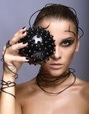 Красивая девушка кибер с черным шиповатым шариком стоковая фотография