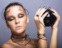 Красивая девушка кибер с черным шиповатым шариком стоковая фотография rf