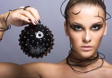 Красивая девушка кибер с черным шиповатым шариком стоковые фотографии rf