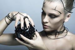 Красивая девушка кибер с черным шиповатым шариком стоковое изображение rf