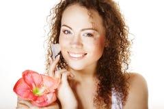 Красивая девушка курорта держа розовые цветок и щетку стоковое фото rf