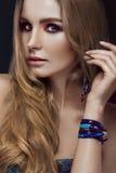 Красивая девушка моды с стилем boho браслетов стоковая фотография rf