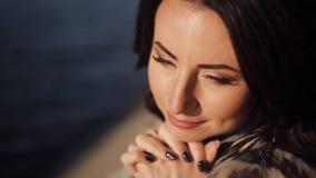 Красивая девушка на банке реки Конец-вверх мягкий солнечный свет акции видеоматериалы