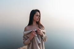 Красивая девушка на деревянной пристани около воды Стоковое фото RF