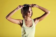 Красивая девушка на желтой предпосылке Стоковые Фото