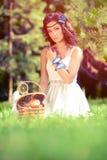 Красивая девушка на пикнике на природе Красивая маленькая девочка внешняя Стоковая Фотография
